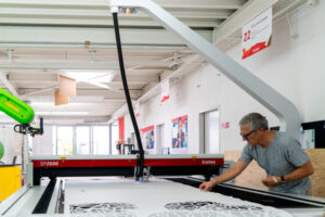 Christoph Rihs in der Swiss Smart Factory creating digital Art (1)
