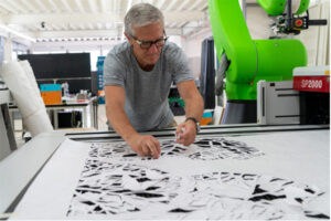 Christoph Rihs in der Swiss Smart Factory creating digital Art (3)