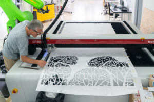 Christoph Rihs in der Swiss Smart Factory creating digital Art (5)