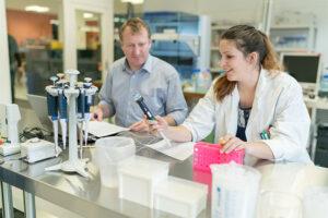 Calciscon Team in the laboratory (1)
