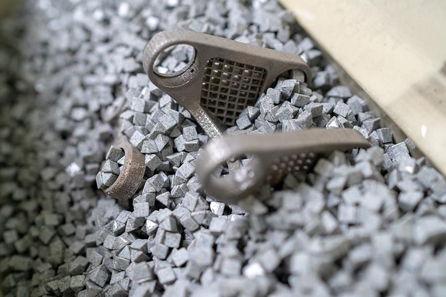 3D Metal Print nachbearbeitung im Rüttler.